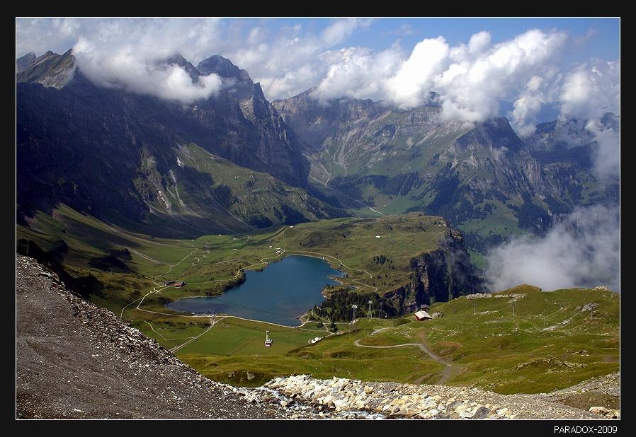 Подъем на знаменитую гору Титлис (3238 м), одну иа самых высоких в центральной Швейцарии.Тitlis Тrubsee Альпы Титлис Озерa Горы Облака PARADOX* * *                                                             И. Ф.Вдруг нахлынули чувства - убежали слова,Это сводит с ума твоих глаз синева.Между нами туманы, моря, города,Но меж нами под током звенят провода.Мы с тобой существуем на единой волне,Заболит у тебя - отзовется во мне !* * *