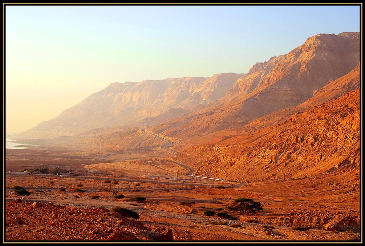 Из-за иорданских гор выглянуло солнце и окрасило все в красно золотистые цвета