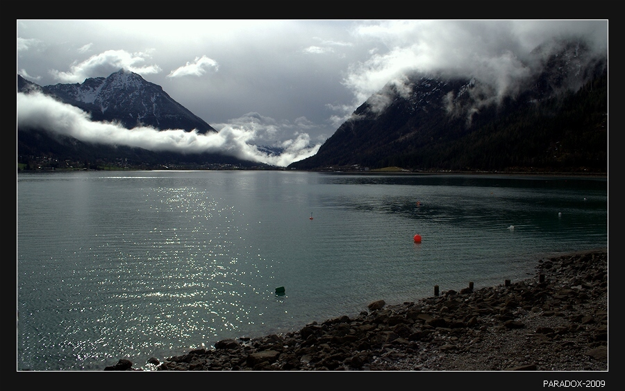 *  *  *Наверно, ты знаешь, как лучше ...Но мне не по нраву покой.Крадется туман, как лазутчикНа наши надежды с тобой ...*  *  *Тироль (Австрия). Озеро Ахензее. Высота 930 м.