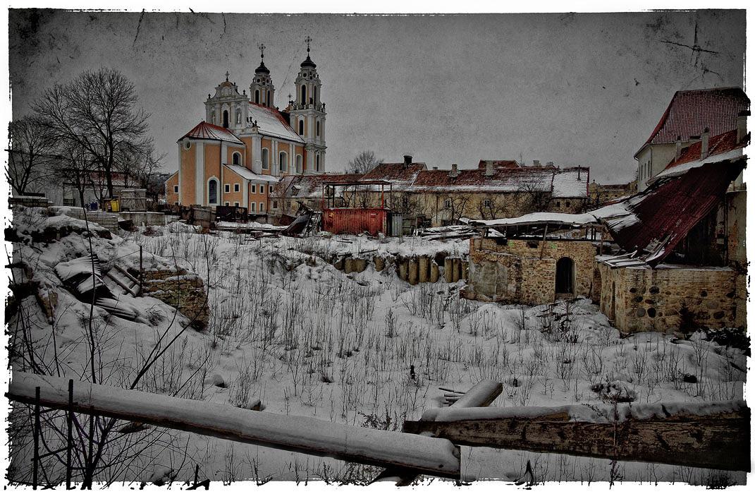 """Старый Вильнюс реконструируется и становится все краше - он взят под охрану ЮНЕСКО и включен в список памятников мирового культурного наследия.Пробую """"заблудиться"""" в кривых переулках Старого города,чтобы выныривать в самых неожиданных местах..."""