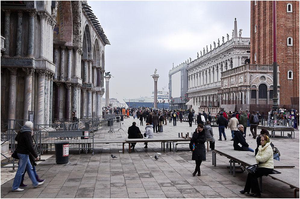Рождественское наводнение в Венеции было почти рекордным- уровень воды поднялся на 137 см! Разом исчезли толпы туристов в затопленной исторической части города. Но вот вода спала и несметные полчища иностранцев ринулись осматривать знаменитые венецианские достопримечательности. И только неубранные передвижные тротуары на площади Св.Марка напоминают еще о былом несчастье.