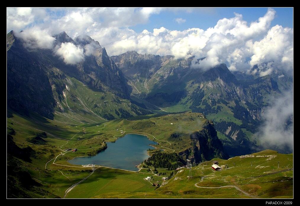*   *   *Я со скалами мерялся силою,Был наивен и лез к облакам.Ни к чему ревновать меня, милая,К этим гордым кокеткам-горам !*   *   *Вид на озеро Трубзее и массив Урнерских Альп с высочайшей горой центральной Швейцарии Титлис (3238 м). Съемка с высоты 2430 м.
