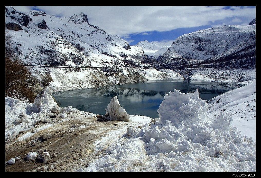 *  *  *Объявили затишье метели,Только ты в меня целишь снежком.Что же делать мне с этим апрелем -Поселился он в сердце моем ...*  *  *Франция. Савойские Альпы. Озеро дю Шевриль.