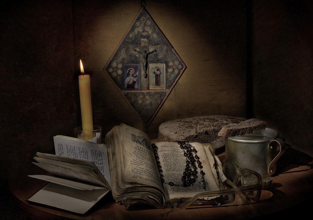 Слов стрела к весенней вехе мчится,Станет даль холодных дней пуста.Воссияет Понедельник ЧистыйНад святыней долгого поста.Ветер с улиц пламя свечки косит.Плачь, душа, и волю дай слезам.Пламя растворяет и уноситСоль молитвы прямо к небесам.Каждый шаг, как шаг по хрупким льдинам,Путь свой совершая, чуть дыша,Вспомни в этот час, что не единымХлебом ты жива, моя душа...(с)