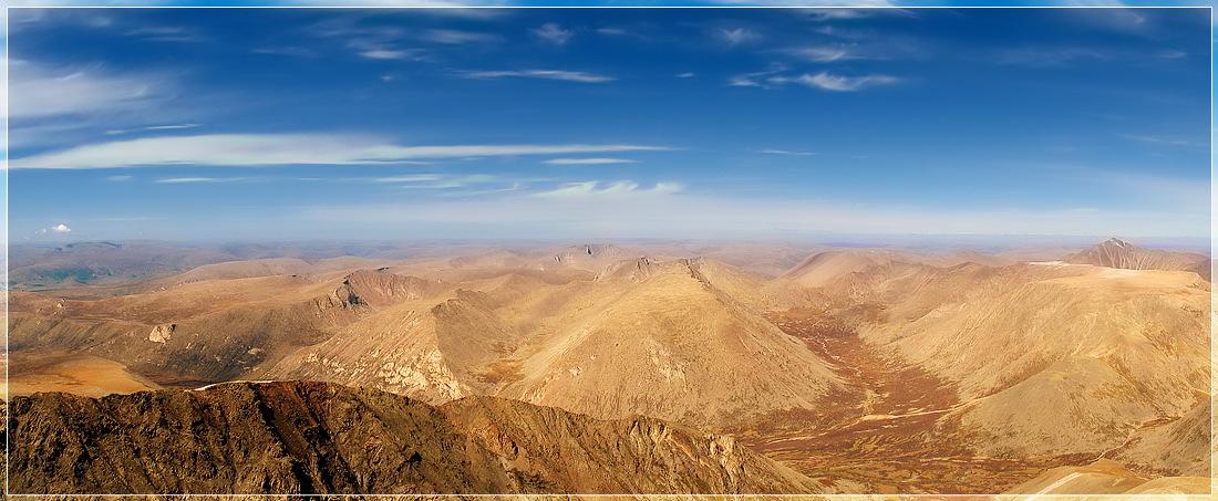 Панорама (из 4 кадров) сделана с вершины священной монгольской горы Отгонтынгер уул. На горизонте монгольский Алтай...
