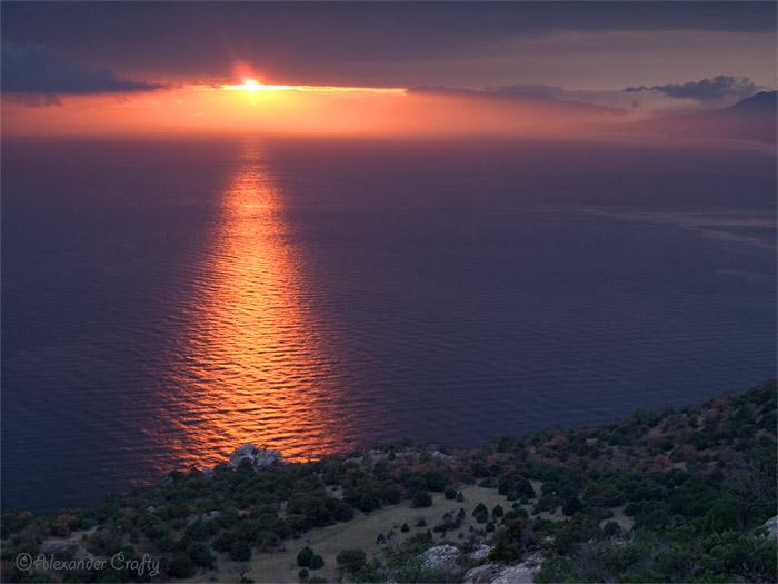 В пасмурный декабрьский день ничто не предвещало солнца. И тут неожиданно оно вынырнуло из-за туч на несколько мгновений, осветив все красным светом. Море, правда, было около +18 градусов, что не отпугивало некоторых в нем поплавать ;)