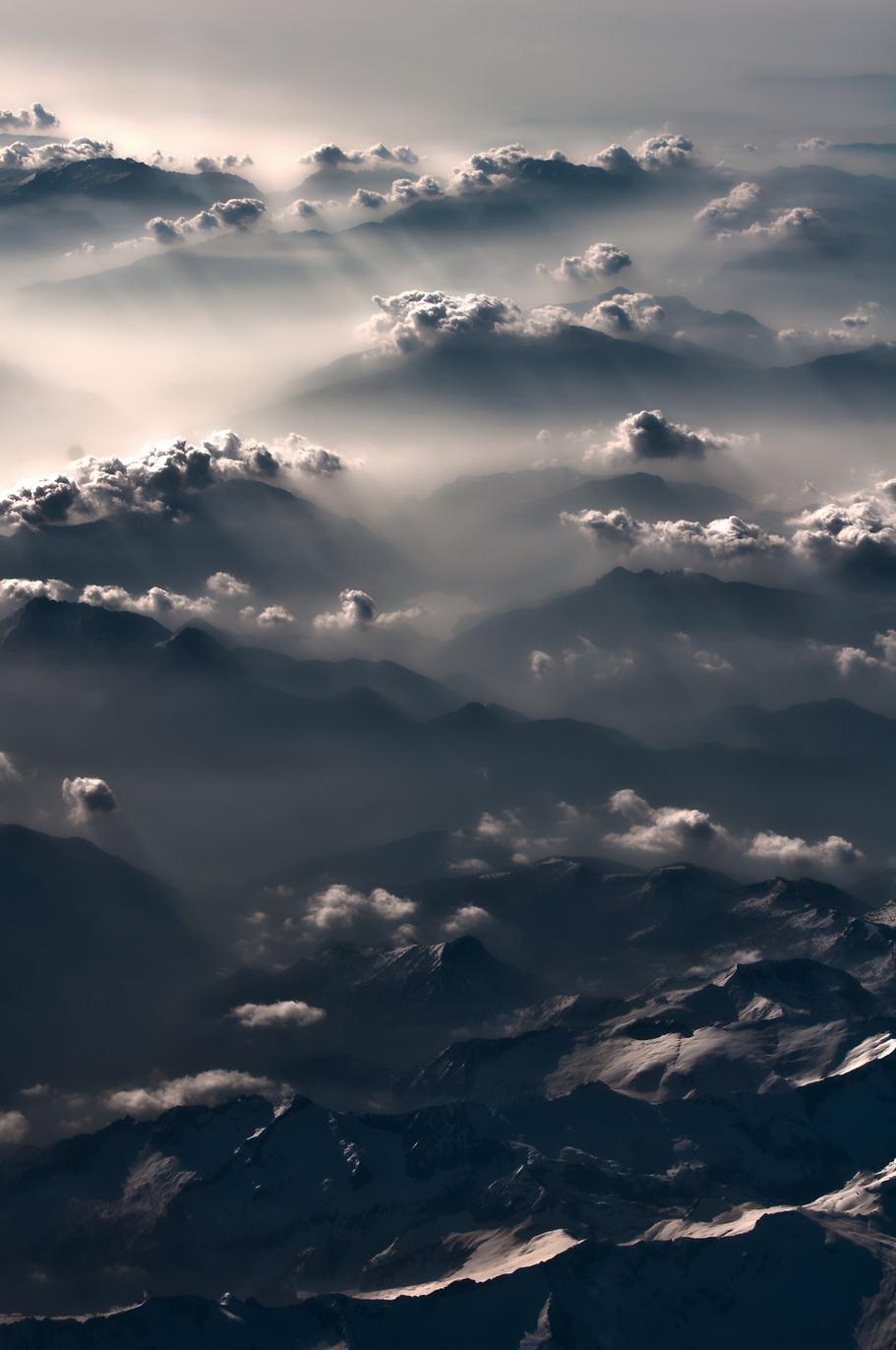 Это Альпы. Явление продолжалось минут 10. От тумана и безоблачности к одиночным облачкам над хребтами, а далее - к такому чуду.