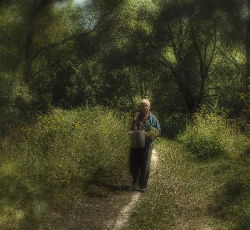 """Случайная встреча в уже несуществующей деревне. Он представился Андреичем, очень смутился что я его сфоткал :""""Ведь не артист я, и не политик!"""" Рассказал что живёт один, всем доволен, всё-б хорошо да за водой к заброшенному колодцу с полкилометра топать.В пути травы собирает, птиц слушает, вообщем за водой как в поход.Я вот думаю а много человеку надо??? Может, вот он последний герой уходящей эпохи!"""