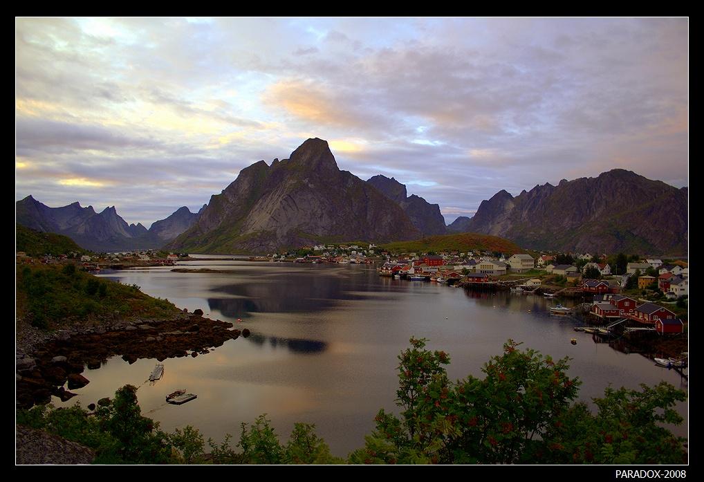 """*  *  *Лофотенскиe острова - жемчужина Норвегии. Расположены на северо-западе страны за Северным Полярным кругом (начиная от 200 км и далее на север). Лофотены - старейшие на Земле скальные образования, их возраст - около 3 миллиардов лет. По сравнению с Лофотенскими горами Альпы просто младенцы, максимальный возраст их оценивается """"всего лишь"""" в 65 миллионов лет ...P.S. Всех с Днем фотографа !*  *  *"""