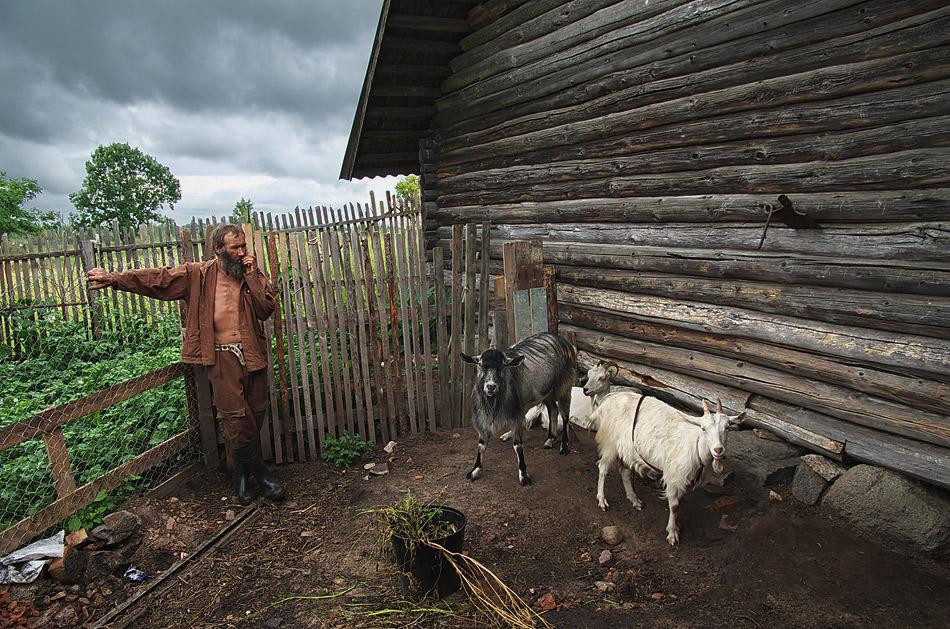 С Юрой я познакомился случайно..пойдем,говорит,горного козла покажу..он,конечно, уже здесь родился,уже четвертое поколение их здесь живет,но предок был настоящим горным козлом...Иваном его зовут..