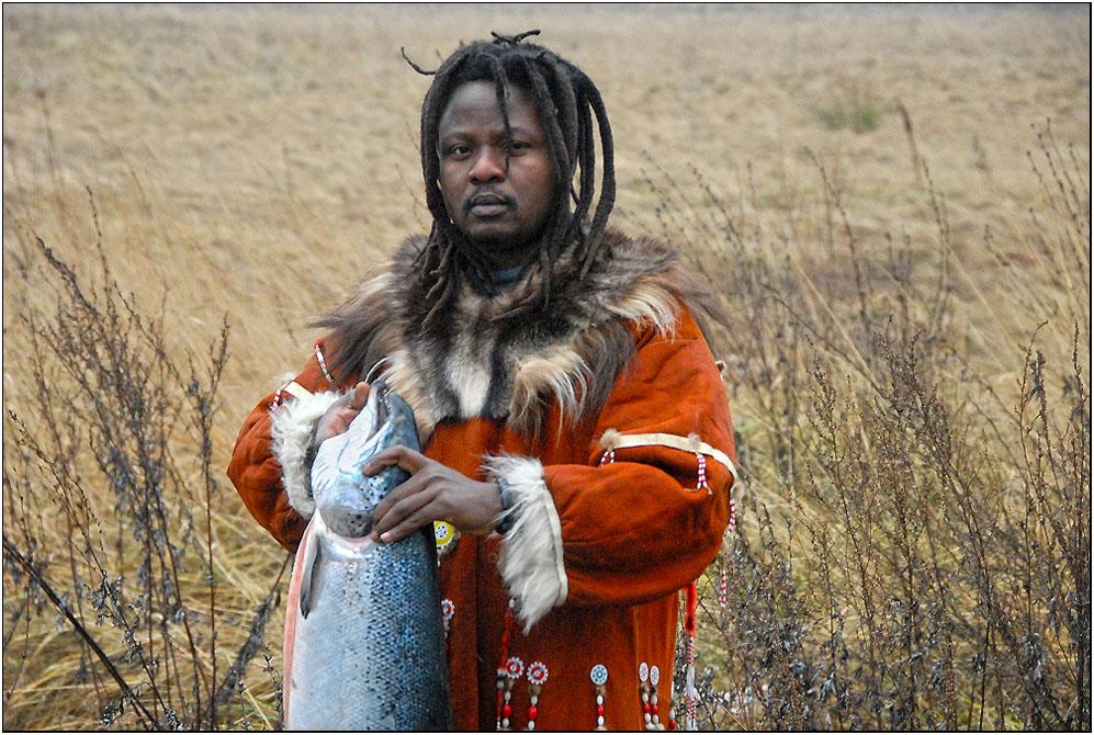 ... странствий в далекую страну ительменов этот афроамериканец и сам  не может объяснить как он сюда добрался. Но местная жизнь, неиспорченнная цивилизацией, и где даже дефицитная горбуша служит повседневной пищей, ему пришлась по вкусу.