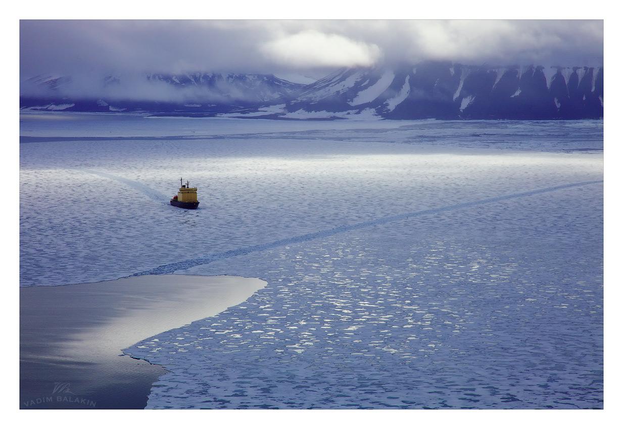 """Ледокол """"Капитан Драницын"""" в льдах Северного Ледовитого океана, Земля Франца Иосифа, июль 2011 года, аэрофотосъемка"""