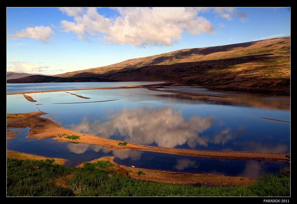 Исландия. Западные фиорды - один из самых труднодоступных уголков дикой природы острова. Восточная оконечность фьорда Патрика (Patreksfjordur).