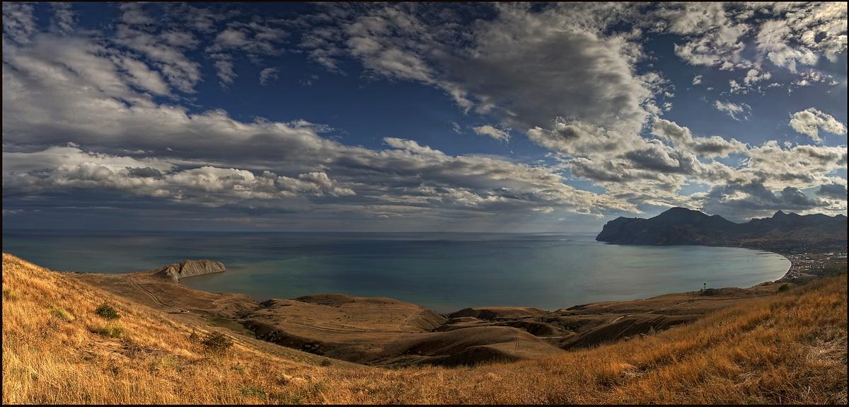 Гора Кучук-Енишар/192м/Слева Тихая бухта и мыс Хамелеон, справа п.Коктебель и потухший вулкан Карадаг. Любимое место М Волошина./Панорама из 5 вертикалок./