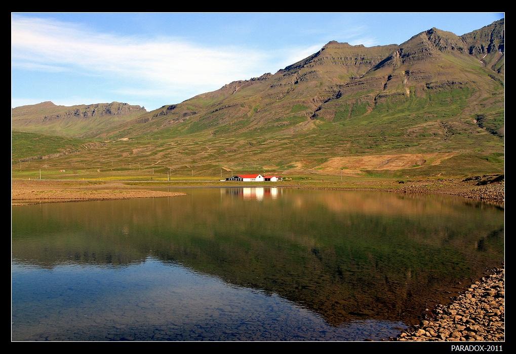*  *  *Ты уходишь. Насмешливо. Гордо.Не давая поблажек судьбе.Я в любви объяснялся фиордам,Не решаясь признаться тебе.*  *  *Восточная Исландия - отдаленный край зеркальных фиордов, в окружении остроконечных гор сбегающих к океану.Фьорд Стодвар.