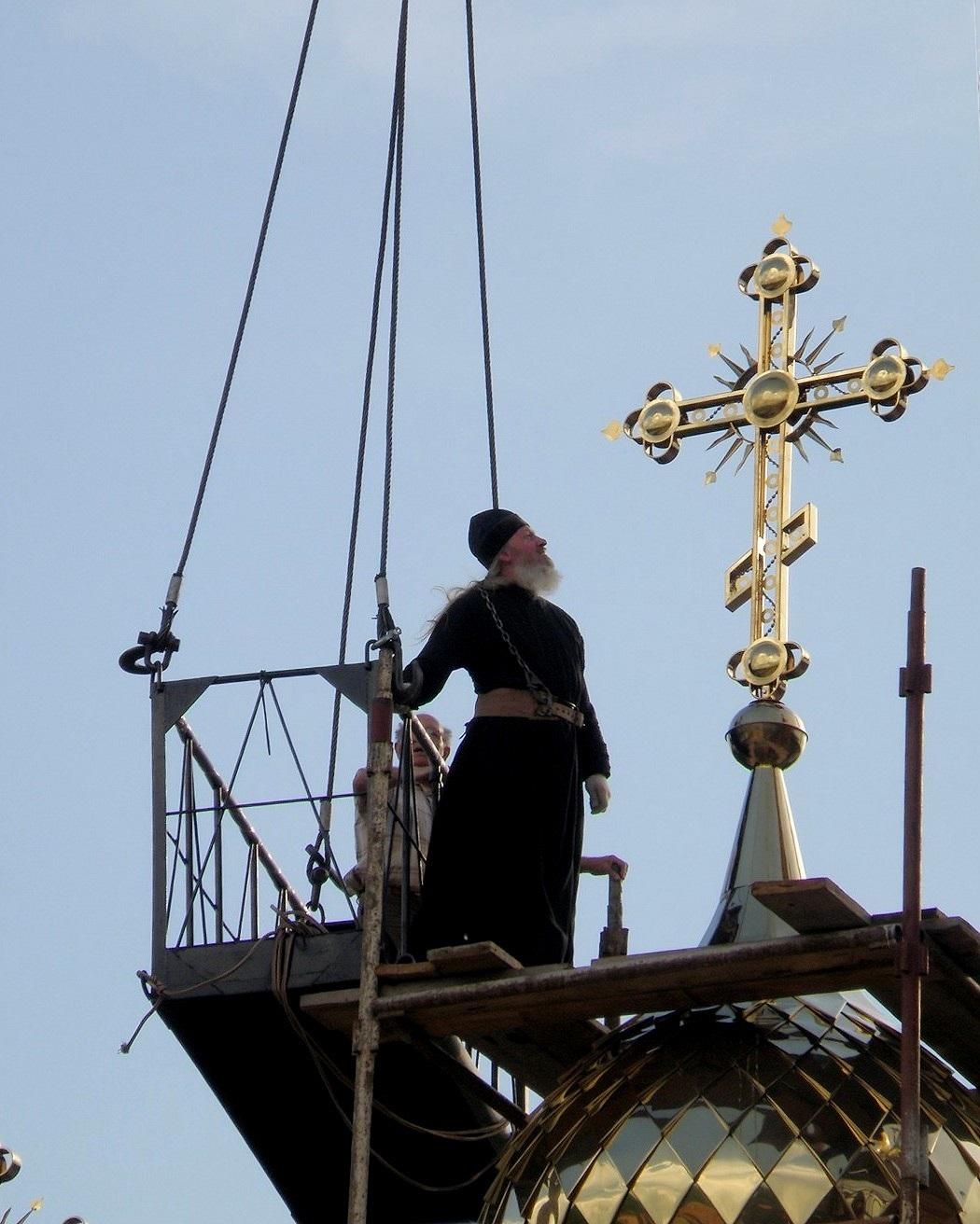 Смелый батюшка лично участвовал (на высоте 30-40 метров) в установлении крестов на купола Свято-Покровского монастыря (Голосеевская пустынь Киев).