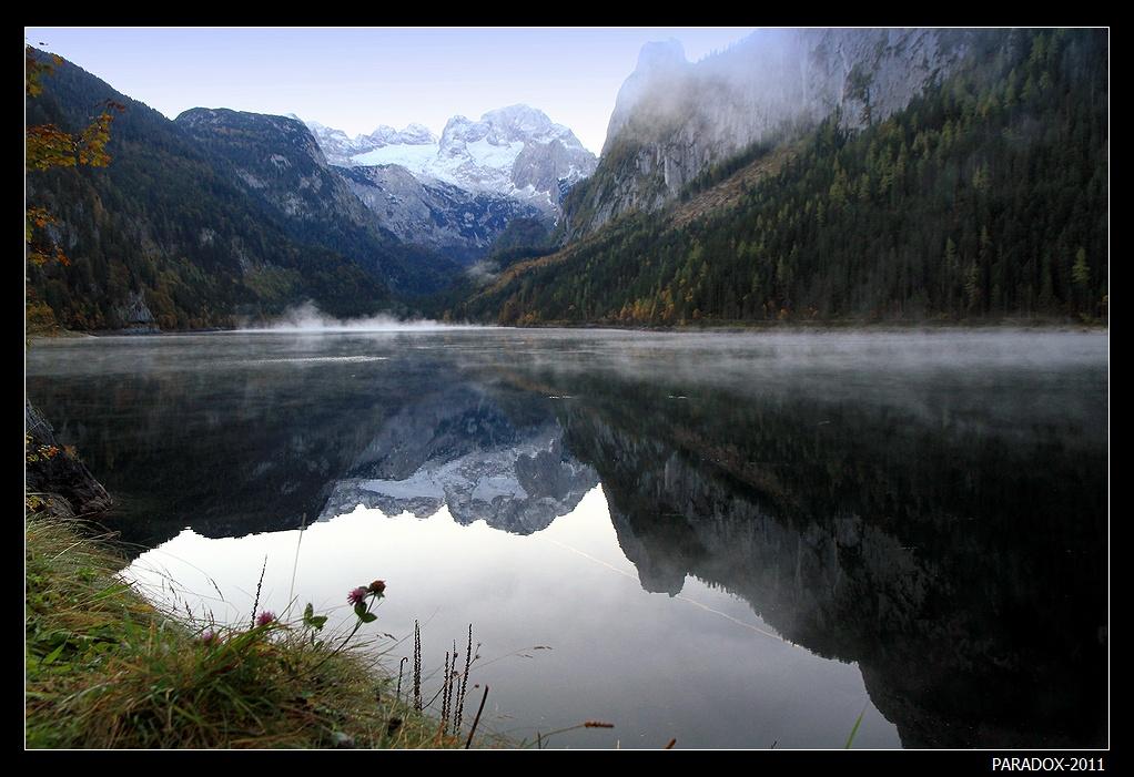 *  *  *Солнце еще не появилось из-за гор, прохладное осеннее утро любуется ледовыми вершинами в воде озера. И лишь неразумные ранние туманы скапливаются и пляшут на горизонте, не подозревая, что уже через несколько минут будут поглощены лучами утреннего солнца ...*  *  *Ледниковое озеро Госау, Верхняя Австрия. Gosausee, Upper Austria.