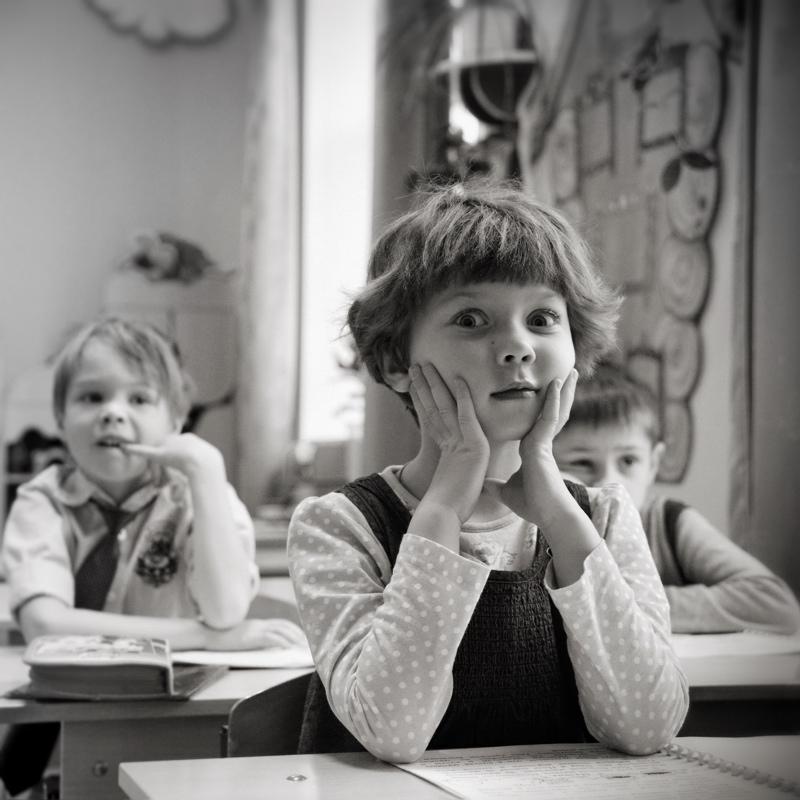 В своё время, хотя сам и учился на «5», я искренне не понимал этих девочек зубривших всё подряд, выполнявших бесчисленные требования школьного руководства и вечно сидящих на первой парте. Они не прогуливали уроков, не играли с нами на заднем дворе школы и не выводили из себя непопулярных педагогов. Хулиганистые троечницы были ближе и понятнее. Прошли годы, и наконец-то удалось разглядеть, что и за первой партой порой сидят замечательные девчонки!