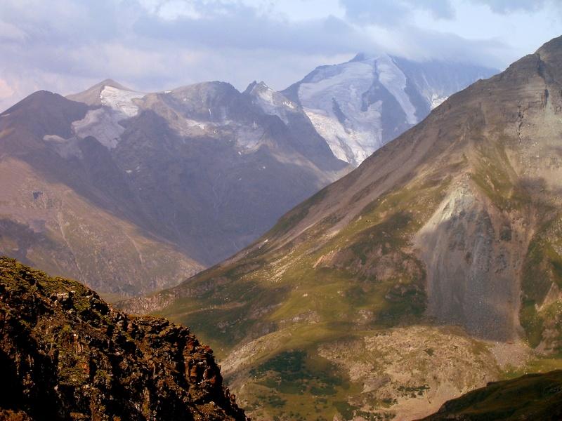 Хоть на время вдохнуть полной грудьюИ взбираться тропами мечтыОт скупой монотонности буднейДо несметных даров высоты.Австрийские Альпы. Снято на высоте 1800 м. Подъем из Хеилигенблута. Вид на трехтысячники Соннблик (3105 м) и другие альпийские вершины Обертрауна.