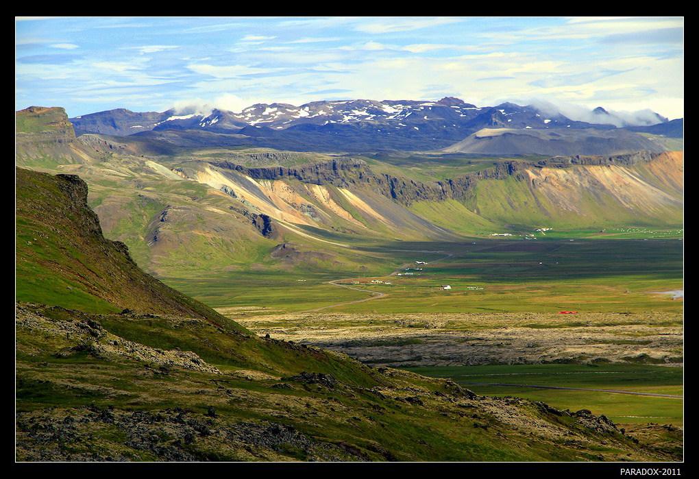 """* * *Западная Исландия - зона наибольшей геологической активности на острове льда. Менее, чем в 10 км от этого места находится еще не полностью потухший знаменитый вулкан Снайфельсйокулль, описанный Жюль Верном в романе """"Путешествие к центру Земли"""".  * * *"""