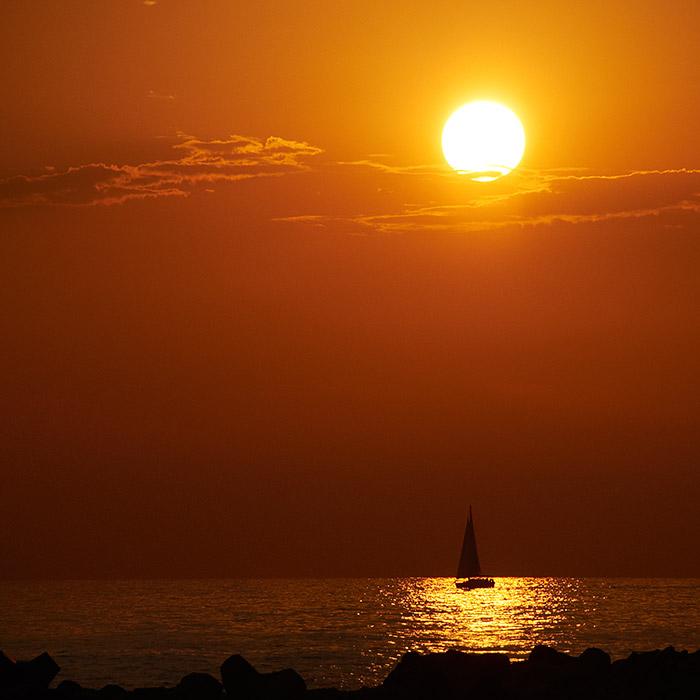 Когда кругом незимняя зима и недемократичная демократия, приятно вспомнить просто спокойное лето. Летнее. И море - морское.