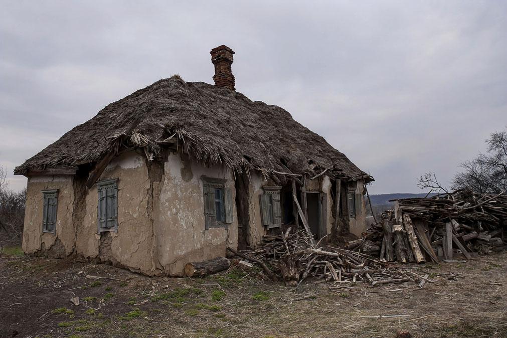 Возможно это один из последних украинских саманных домиков, которые ещё сохранились. Его стены ещё хранят энергетику радости и боли, рождения и смерти, отчаянья и надежд живших когда-то в нем людей....