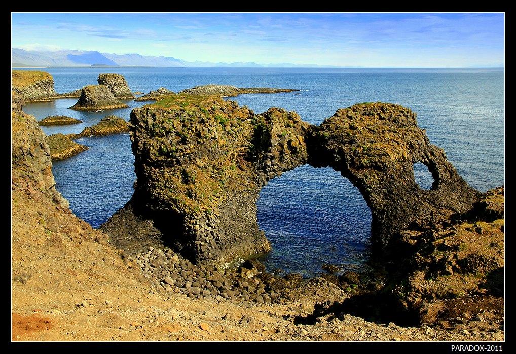 *  *  *Западная Исландия. Прибрежный поход из рыбацкой деревушки Арнастапи.Здесь природа в полной мере дала волю своей фантазии, создавая скульптуры из базальтовых утесов в своих бухтах-студиях ...*  *  *
