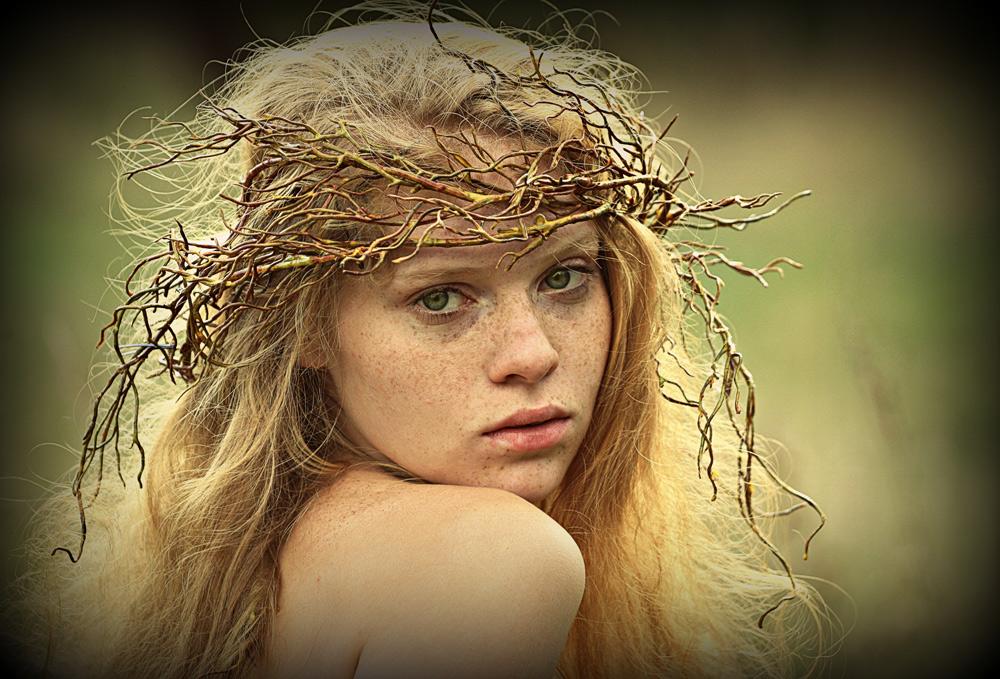 Забродила, загуляла девкой рыжеюОсень яркая, нахальная, бесстыжая.Наспех сбросила одежды ветру под ноги,И - нагой ему явилась, сумасбродная.И опешил буйный ветер, как пред омутом,Наготой и красотой девичьей тронутый,Да, сломя свою отчаянну головушку,Так и ринулся любви отведать вволюшку…Лидия Журавлева