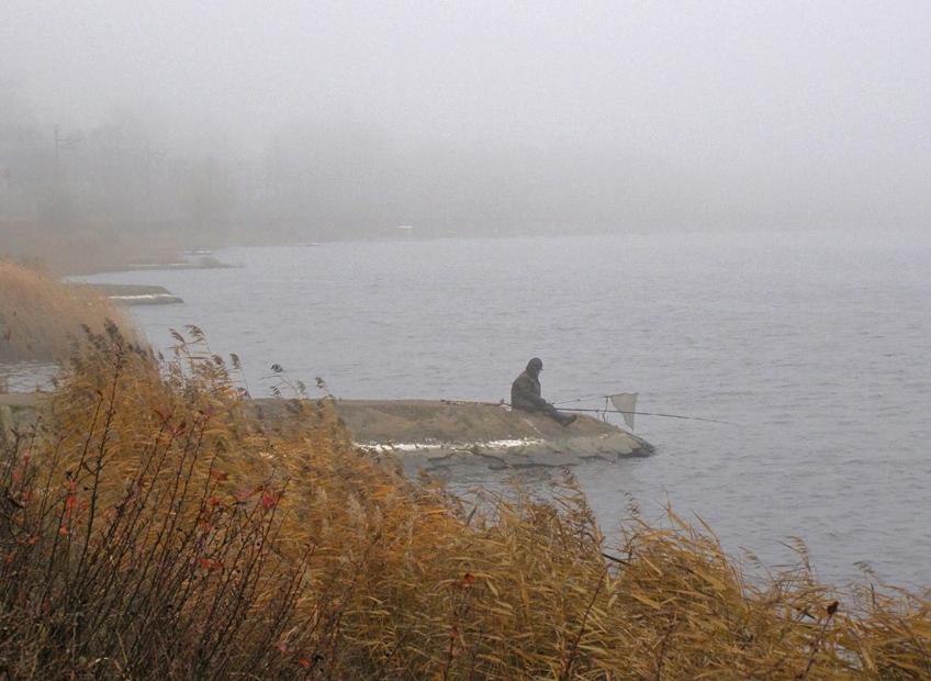 Одинокий рыбак в густом тумане Осень