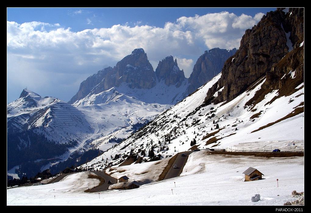 * * *18 вершин высотой более 3 тысяч м, 40 ледников, неповторимые очертания гор, напоминающие колокольни, башни и шпили, игра цвета от нежно-розового до фиолетового и темно-бурого ... Все это - массив Доломитовые Альпы на северо-востоке Италии.   * * *Перевал Пордой и самая высокогорная дорога, проходящая через перевалы в Доломитах.     * * *Всех с наступающим Новым годом - пусть сбываются мечты и покоряются новые высоты  !