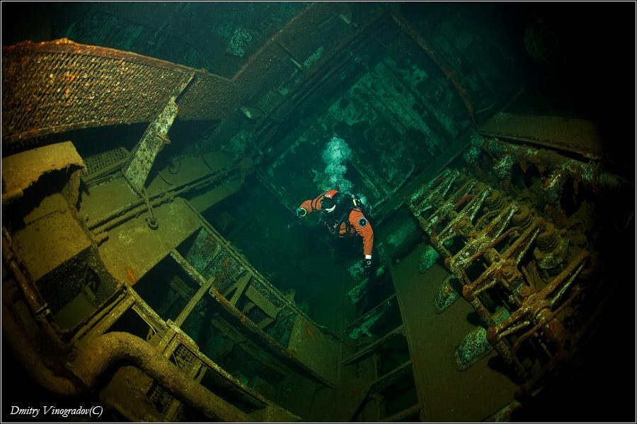 Красное море. Риф Абу Нухас. Погибший в 1984 году сухогруз Джаннис Ди. Машинное отделение. «Ghiannis D.» - это греческое грузовое судно, построенное в 1969 году и потерпевшее крушение 19 апреля 1984 года по пути из Rijeka в AI-Hudayda. Корабль налетел на печально известный риф Abu Nuhas, который не зря называют кладбищем кораблей. Судно еще какое-то время находилось в полузатопленном состоянии. Но налетевший шторм довершил дело: корпус раскололся пополам и корабль погрузился на дно.