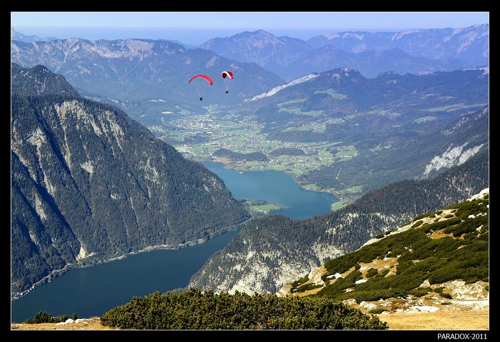 *  *  *Свободное парение в воздухе над ошеломительно красивыми пейзажами - это парапланеризм (параглайдинг), который поднимает вас воздушными потоками на высоту птичьего плета. Разбег, прыжок со скалы - управление крылом-парашютом (и собственным телом), и непередаваемое чудо полета ...*  *  * Верхняя Австрия, горный массив Криппенштайн, высота 2200 м, летающие люди, параглайдинг.