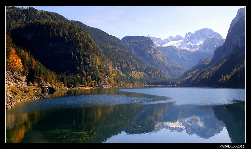 *  *  *Осенью ледниковые альпийские озера удивительно сочетают золото багряных листьев на зеленом бархате склонов с благородным серебром заснеженных вершин ...  *  *  *Верхняя Австрия, озеро Gosausee