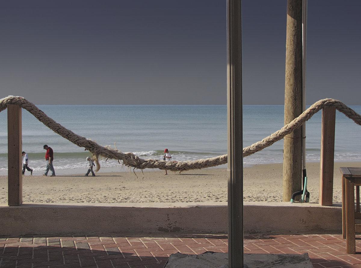 """Нетания, декабрь 2007: """"О связанных в кафе на берегу давно еще до того, как большой шторм его смыл, до того, как в него пришла Рахель и осталась только эта фотография, а теперь там по неизвестной причине у всех отказываются работать фотокамеры..."""""""