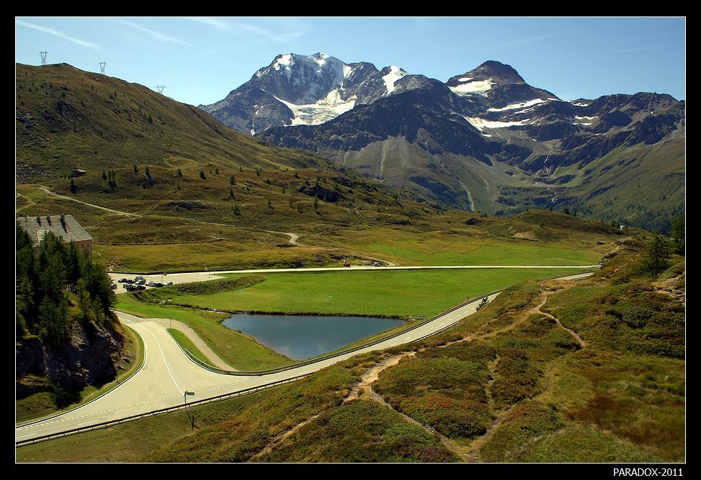 *  *  *Высокогорный перевал Симплон соединяет швейцарский город Бриг с итальянским городком Домодоссола. По приказу Наполеона, которому нужен был прямой путь из Парижа в Милан, здесь была построена дорога для транспортировки конной артиллерии. Это была первая построенная дорога в Альпах, но воспользоваться ее Наполеону не пришлось ...*  *  *Симплонский перевал, озеро Ротельзее и Бернские Альпы