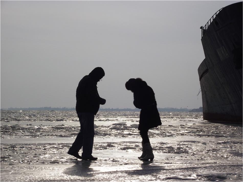 """... """"Редкая птица долетит до середины Днепра"""".""""Чуден Днепр при тихой погоде""""  Н.В. Гоголь. Летом оказаться на середине Днепра в лодке во время ветра - это опасно, но когда зимой лёд сковал Днепр, нет ветра,  пройтись прогулкой по льду Днепра -- испытываешь ощущение свободы, силы,хочется гулять с фотоаппаратом часами и фотографировать все вокруг."""