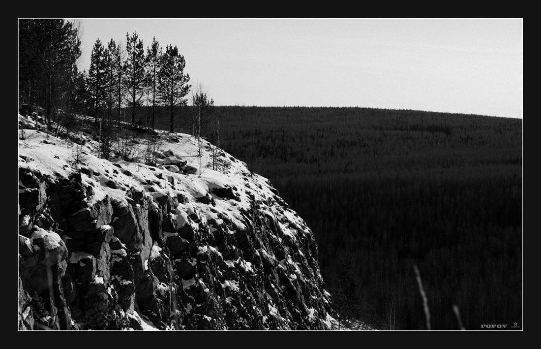 Уральские горы – корона России. Уральские горы длинны и красивы. На каждом из склонов громадные сосны, Зелёные летом и осенью поздней.