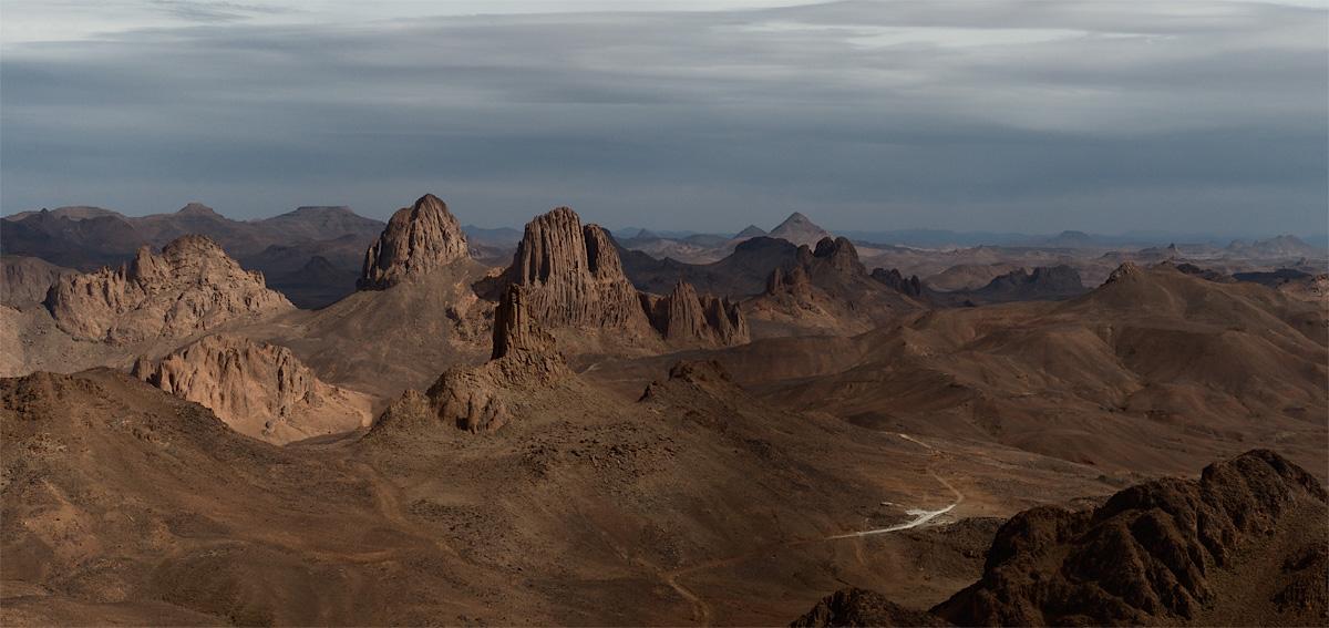 Сахара. Алжир. Ассекрем.Ассекрем - древний вулкан. Вернее - его остатки.Высота точки съемки - 2500 (примерно)Сахара бывает и такая. Она очень разнообразная.Фрагмент большой панорамы.