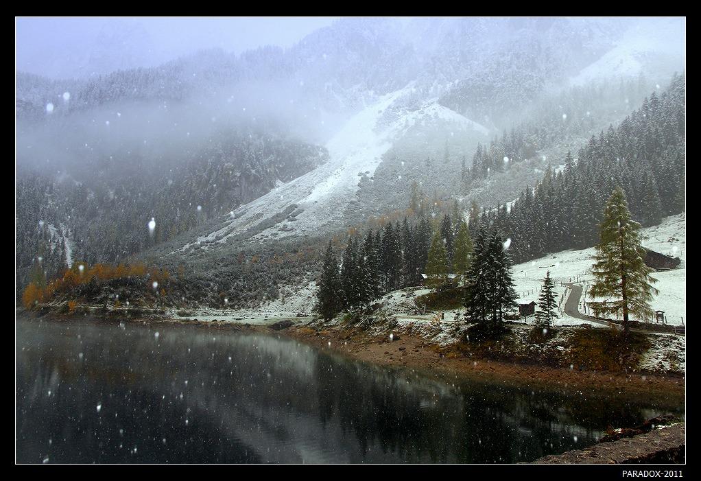 *  *  *После нескольких дней солнечной погоды октябрьское утро порадовало неожиданным снегом, который превратил в зимнюю сказку и озеро, и склоны окружающих гор, и деревья, и крыши домов ...*  *  *Верхняя Австрия, озеро Госау, октябрь 2011.