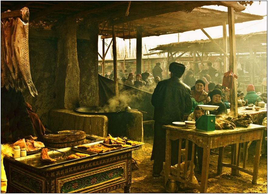 Синцзянь-Уйгурский автономный район Китая- наиболее труднодоступная часть  страны. Из-за постоянно происходящих здесь волнений власти не любят пускать сюда иностранцев. Местное население мистически боится фотографироваться и при виде наведенного объектива сразу отворачивается , но вслух никогда не выражает свое недовольство.