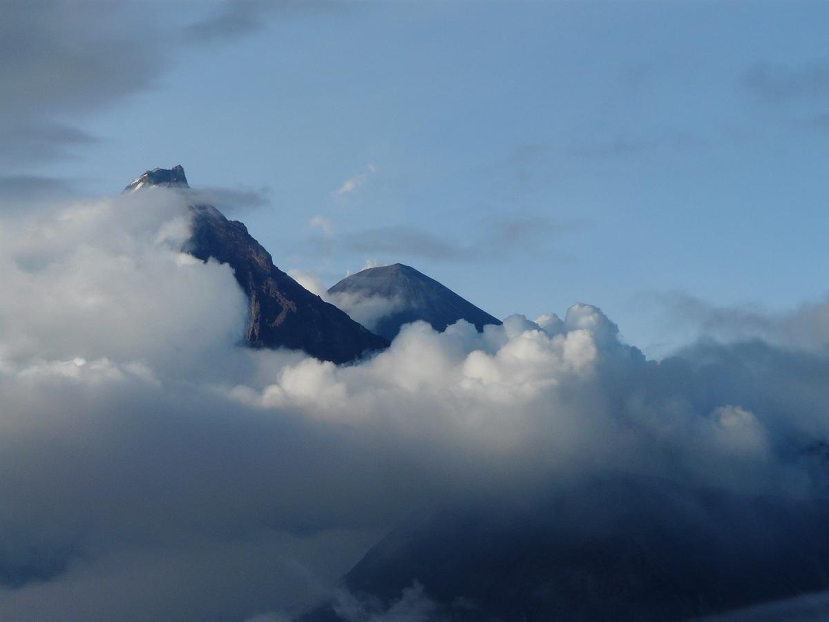 Облаками укрывшись от людей и от гор,Меж собой великаны ведут разговор...Камчатка, август 2011