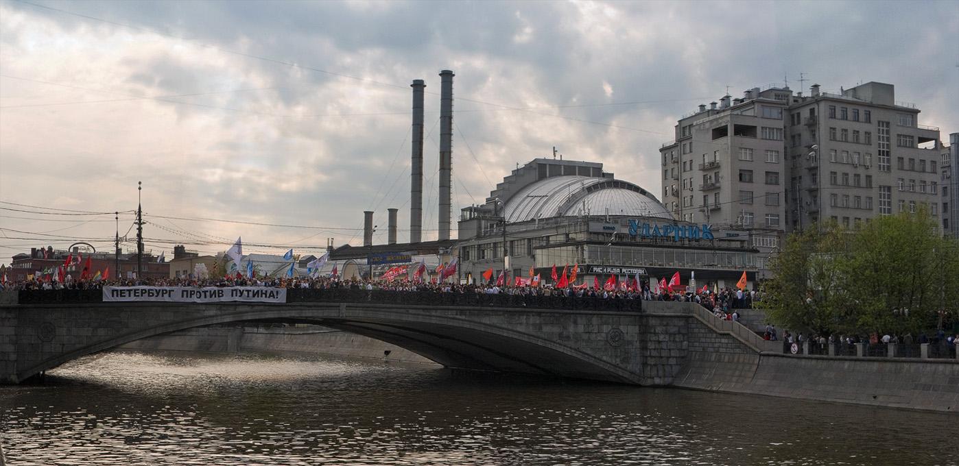 Москва, 6 мая 2012 года.  Вид на Малый Каменный мостСхему как власти спровоцировали это побоище и другие фото с марша, можно посмотреть на моей страничке на ФотоПодиуме  :  http://www.photopodium.com/index.php?file=show_gallery&user_id=1405