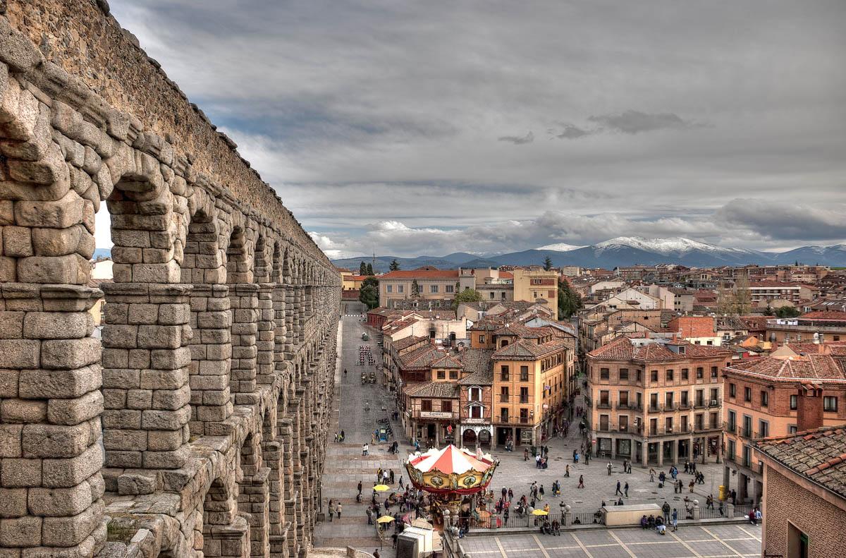 Акведук – самый известный памятник Сеговии и один из самых известных памятников римской эпохи в Испании. Акведук расположен на площади Plaza de Azoguejo.Считается, что он был построен в конце I века н.э в эпоху императоров Веспасиана или Нерва. Акведук является одним из наиболее значительных римских инженерных сооружений в Испании. Сооружение состоит из более, чем 20 000 гранитных плит, не скрепленных каким-либо цементирующим раствором.