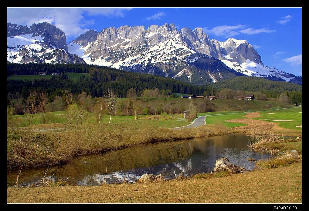 * * *Через озерцо, по дорожке, за домами ... и горная гряда Кайзер Гебирге (Имперские горы).   * * *Австрия, Тироль, Южный массив Вилдер Кайзер с его высочайшим пиком Ellmauer Halt (2344 м) .