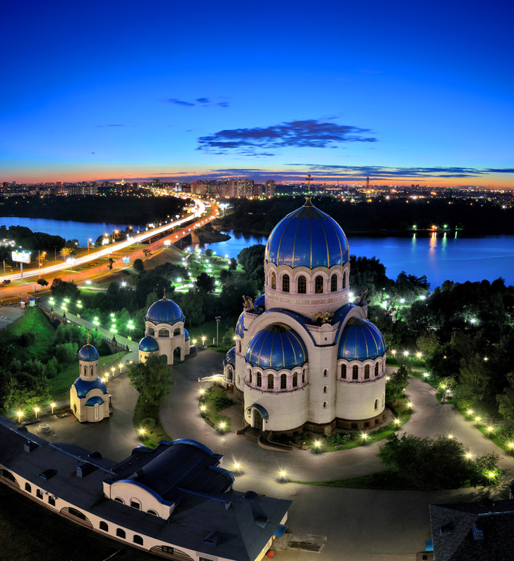 Храм Живоначальной Троицы на Борисовских прудах, в Орехове-Борисове, построенный в память о тысячелетнем юбилее крещения Руси.
