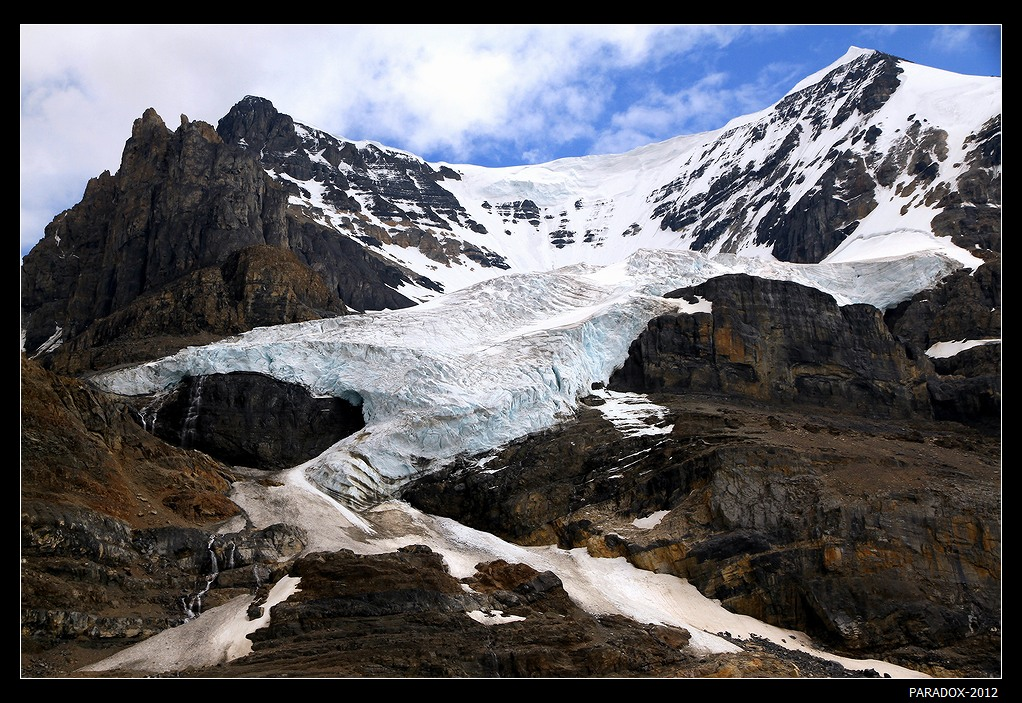 * * Чтобы полюбоваться ледником Атабаска, на обычном автобусе подвозят к горной дороге, а затем на специальном вездеходе (Ice Explorer) с колесами в рост человека доставляют в зону ледового поля. Дальше двигаться запрещается, т.к. можно угодить в crevasse - скрытую расселину во льду, которая красиво смотрится с голубой водой. Но красота нередко бывает коварной : трещины не всегда открыты, могут быть присыпаны снегом, а глубина их до 60 м. !* *