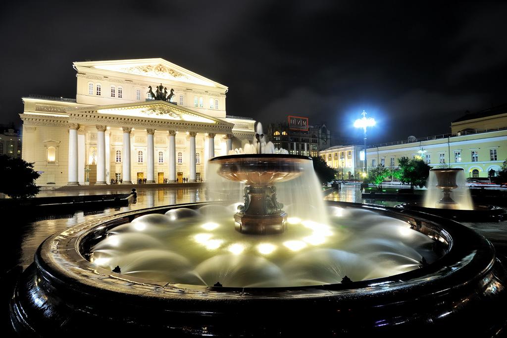 Фонтан у Большого театра на Театральной площади в Москве. Nikon D90+Sigma AF 10-20/4-5.6.M; 10mm; F/13; 5 s.; ISO-100