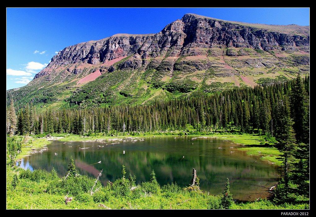 *  *  *Озеро Two Medicine можно пересечь на катере, а затем совершить пеший поход к одноименному верхнему озеру. Есть маршрут с гидом, проверенный и относительно короткий. Но можно отправиться самим по более длинному горному пути, рискуя опоздать на последний обратный катер. Но этот поход вознаграждается видом на притаившееся среди горных пиков лесное озеро, которого нет на карте ...  *  *  *Национальный парк Glacier, США, штат Монтана