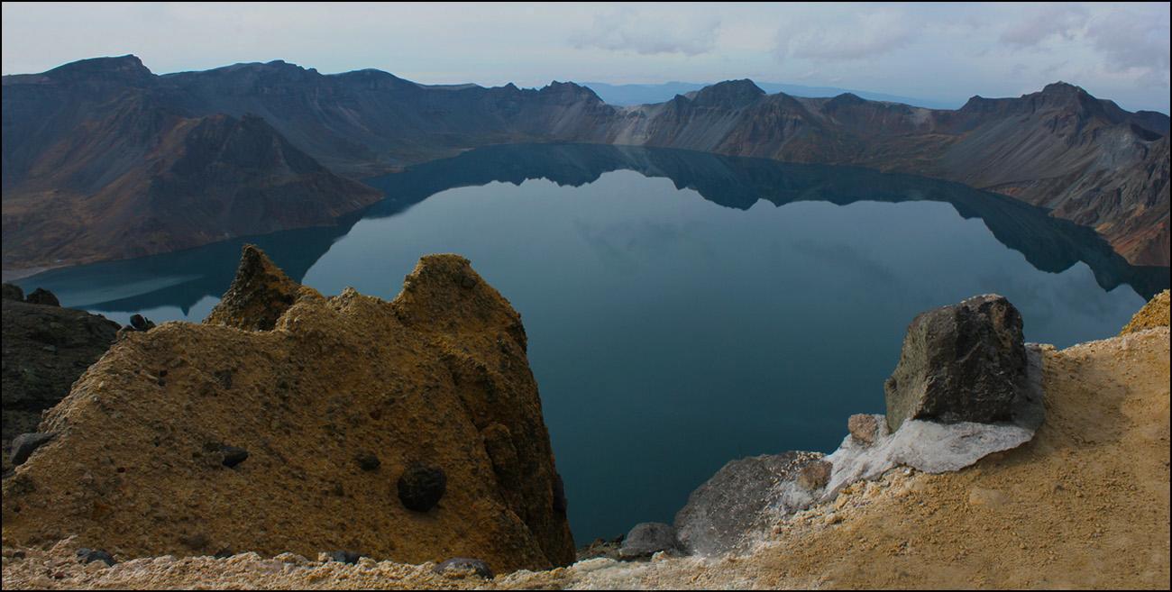 Китай. Чаньбайшань.  Озеро Тяньчи (Небесная заводь) Озеро в кратере вулкана.Размеры 3х4 км