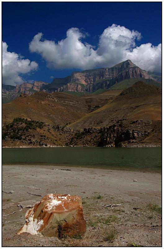 Кабардино-Балкария, 8 км. от г.Тырныауз.Это хвостохранилище Тырныаузского Вольфрамо-Молибденового Комбината. Как называется ущелье я не знаю.